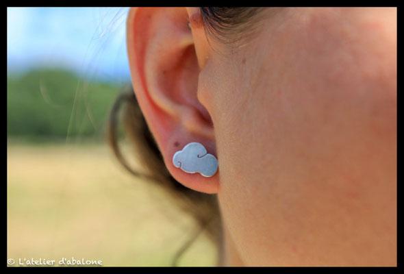 93. Boucle d'oreille puce nuage, Argent massif, 34 euros.