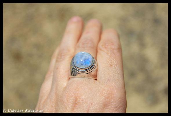 152. Bague Pierre de lune chevalière , Argent massif, 115 euros