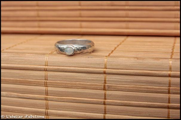 138.Bague Opale Welo anneau martelé, Argent 925, 49 euros