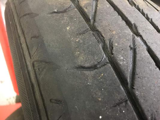 摩耗が進んで車検に通らない状態のフロントタイヤ スリップサイン(残溝1.6mmなると出るサイン)雨の日危険です。