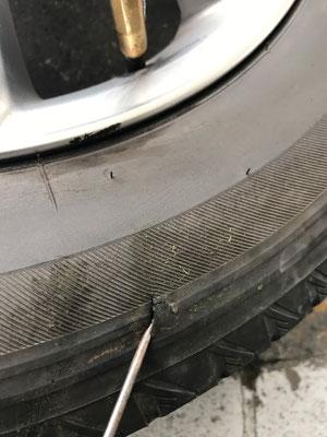 突然ガタガタとなったリヤタイヤ 完全に切れています。パンク修理は不可です。交換となります。