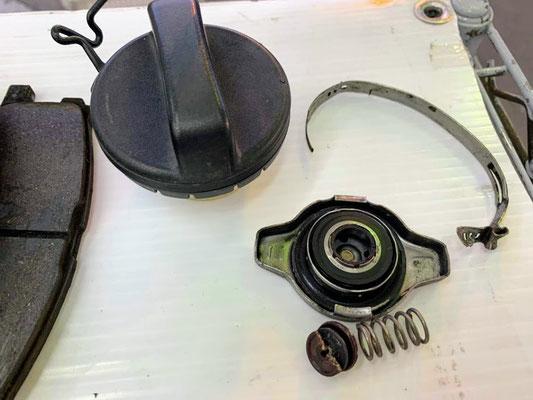 車検交換部品 フーエルキャップとラジエターキャップ 作動不良のため交換しました。