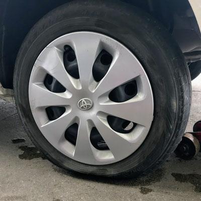 左の後輪はホント パンクしてても気が付かない。気が付いたときはタイヤ交換というケースが増えてます。