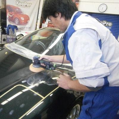 手洗い洗車後にボディを研磨して下地調整していきます。