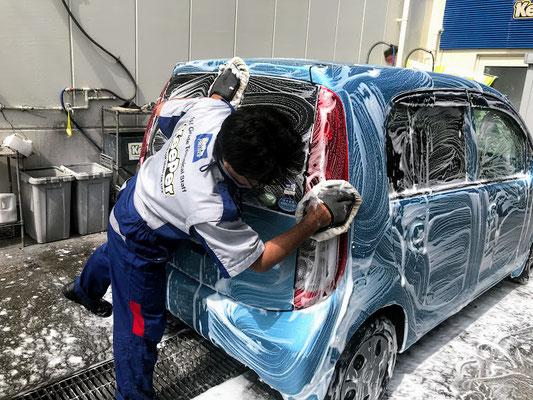 やさしくボディを手洗い洗車します。