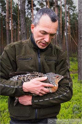 Naturparkleiter Lars Thielemann mit einer Henne
