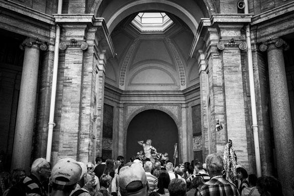 Vatikanisches Museum: die weltberühmte Laokoongruppe umringt von Unmengen an Touristen