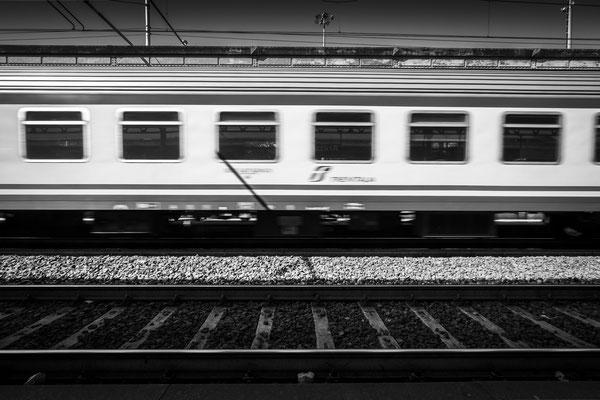 Mit dem Zug durch Italien: Ein Zug von Trenitalia durchfährt den Bahnhof von Arezzo