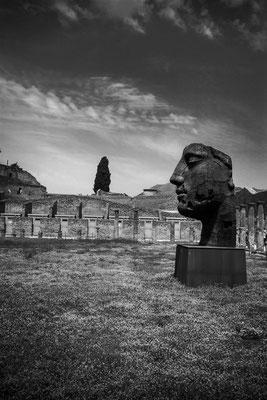 der polnische Künstler Igor Mitoraj erschuf 30 übergroße Stahlskulpturen welche nach seinem Tod 2014 nun in den Ruinen von Pompeii ausgestellt werden.