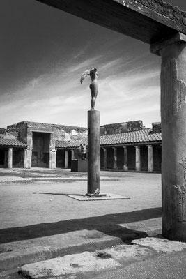 mitoraj in pompeii. das Zusammenspiel der organischen Formen mit der verfallenen Architektur hat schon eine fast surreale Wirkung.