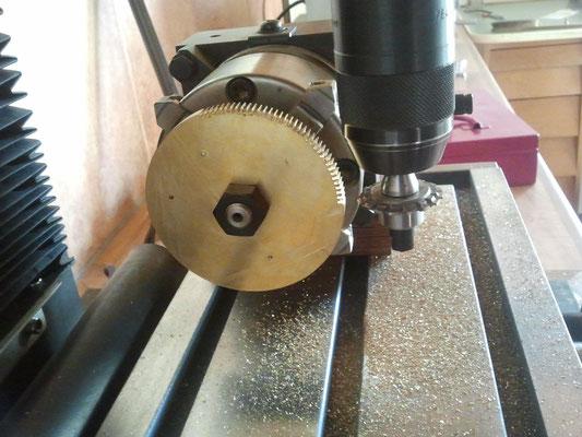 Zähne mit berechnetem Modulfräser auf Fräsmaschine herstellen