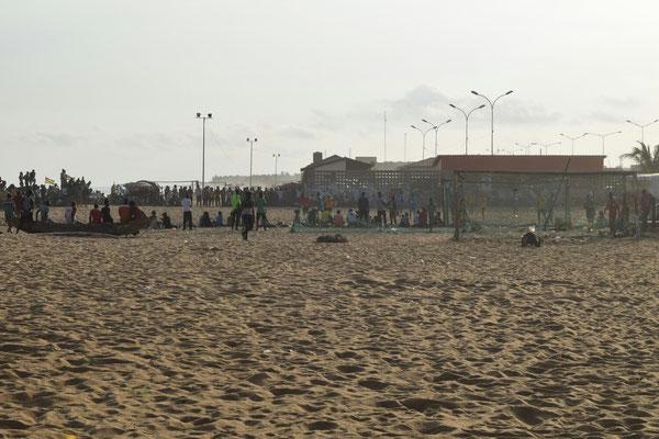 Fußballspiel am Strand von Lomé