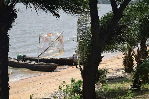 Die Fischer bereiten die Boote für die Überfahrt vor