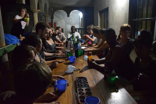 Ein ausgelassener Abend beim Vorbereitungsseminar in Kpalimé. Im Vordergrund ein Ewalé-Spiel und dutzende Arten es zu spielen
