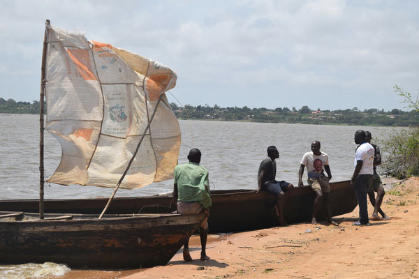 Mit diesen Gefährten werden wir später den Lac Togo nach Togoville überqueren