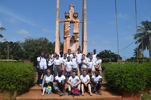 Mit allen anderen Weltwärts Freiwilligen von Astovot vor dem deutsch-togolesischen Denkmal der Freundschaft. An der Nase kann wohl die Nationalität der Frauen festgestellt werden...