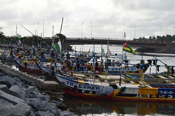 Fischerboote im Hafen von Aného