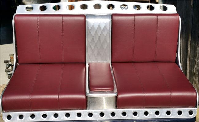 Neue Sitzbank mit italienischem Leder bezogen.