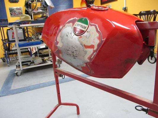 Delle im Motorradtank - Dellendoktor