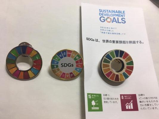 SDGsバッジ色々ー(左から)国連のお土産、BPW韓国のお土産、今回、BPW 日本がお土産に提供した木製バッジ。赤松良子元文相、クオータ制を推進する会代表のご挨拶。