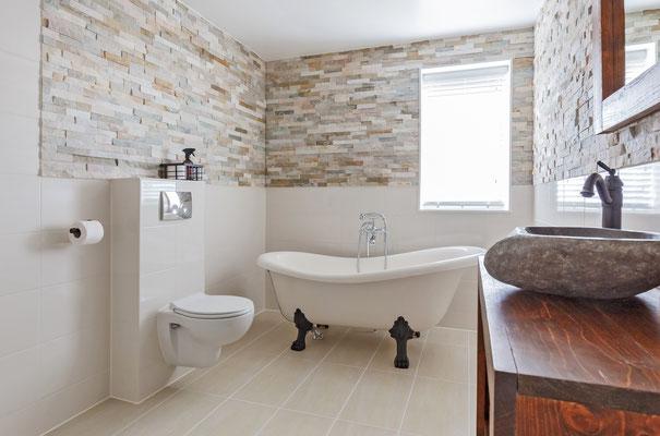 Salle de bains de luxe avec baignoire