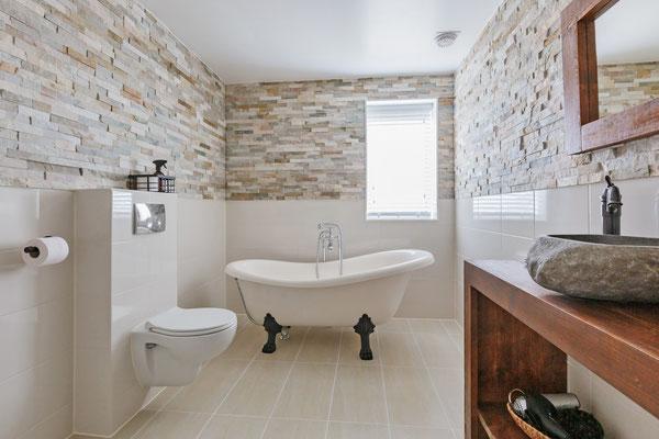 Luxe badkamer met bad op pootjes