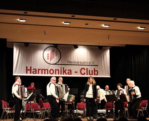 Hobby-Orchester mit Dirigentin Mariya Lemiskaya