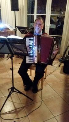Rainer Müller spielte Lieder zum Mitsingen