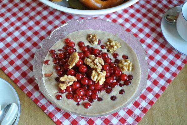 Porridge - hier mit Nüssen und Johannisbeeren