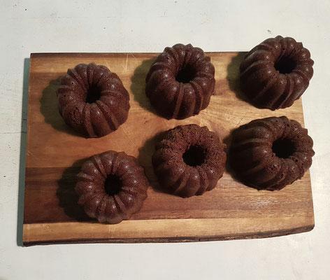 sechs kleine Schokoladen- Gugelhupf