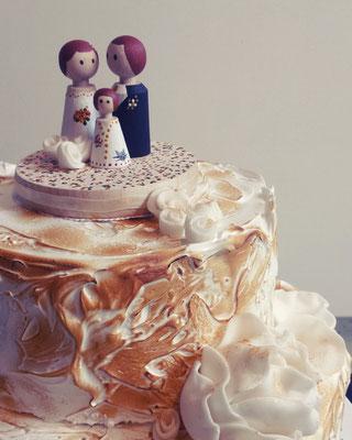 Hochzeitstorte mit Baiser, Blume und Hochzeitspaar