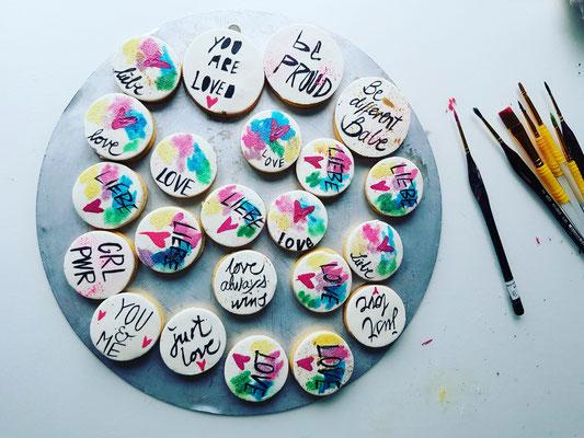 Valentinstag- Kekse bunt bemalt, auf Tortenscheibe, mit Pinseln