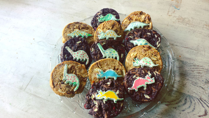 Helle und dunkle große Cookies mit Dinosaurier- Aufleger aus Marzipan