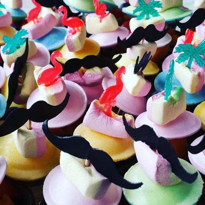 Kleine Waffelbecher mit Marshmellows, Brause- Ufos und Flamingo- und Schnauzbart- Dekoration