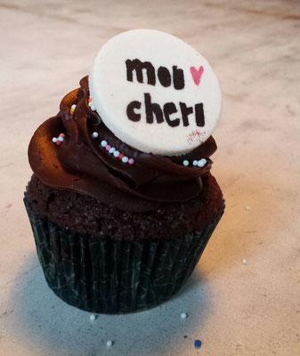 Schokoladen- Cupcake mit Marzipanaufleger