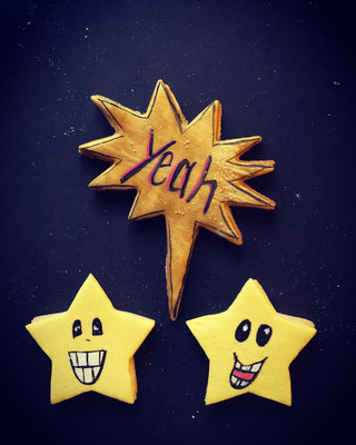 Mürbteigkekse in Form von zwei Sternen und einer Sprechblase