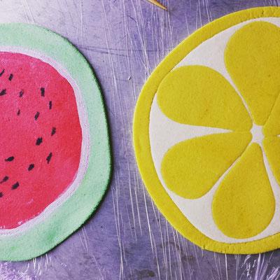 Kuchenaufleger aus Marzipan in Form einer aufgeschnittenen Melone und Zitrone