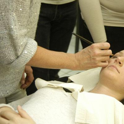 Démonstration d'un maquillage sur une élève