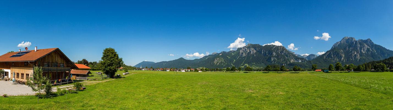 Bergpanorama mit Blick auf Schloss Neuschwanstein