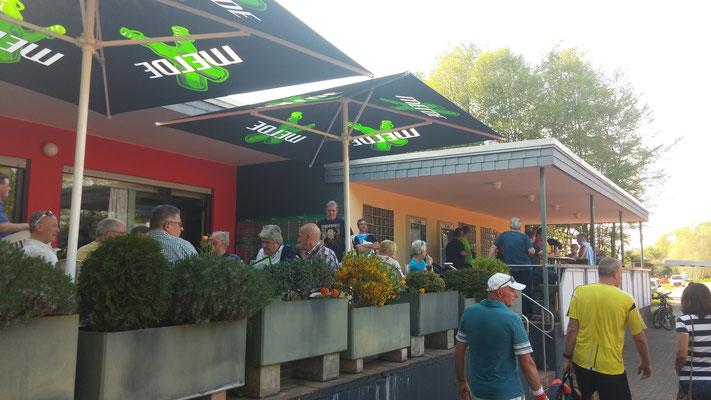 Viele Zuschauer auf der Terrasse freuen sich über hochklassiges Tennis
