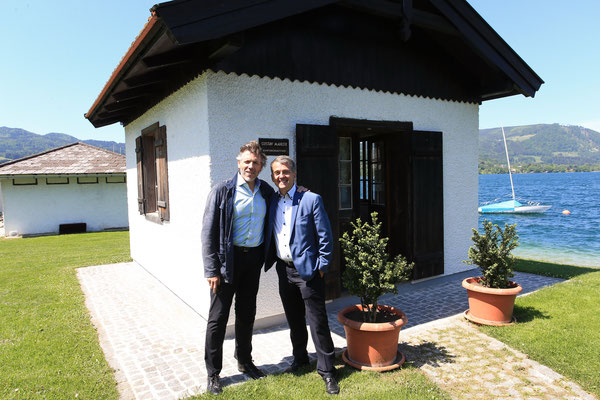 Thomas Hampson und Morten Solvik vor Gustav Mahlers Komponierhäuschen in Steinbach am Attersee