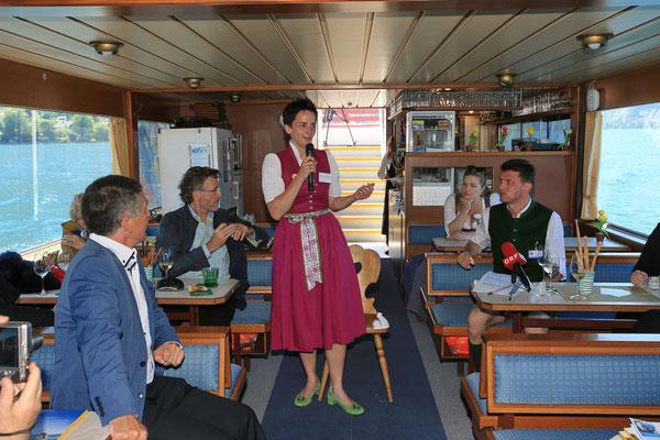 Impressionen Gustav Mahler Festival Pressekonferenz 2018: Mag. Sabine Pumberger vom Naturpark Attersee-Traunsee erzählt über die geplante musikalische Erlebniswanderung