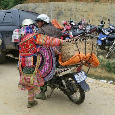 Les femmes Hmong se font conduire au marché en scooter