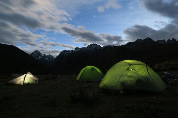 Camping dans la redescente du col. Malgré les apparences, l'orage n'est pas loin...
