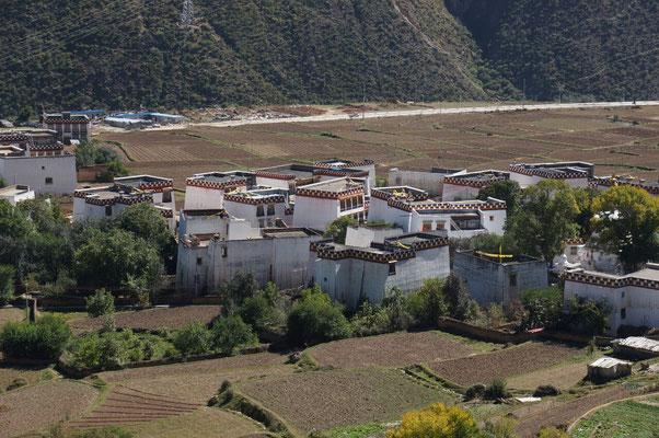 Les maisons blanches et rouges, typiques de la vallée de Xiangcheng