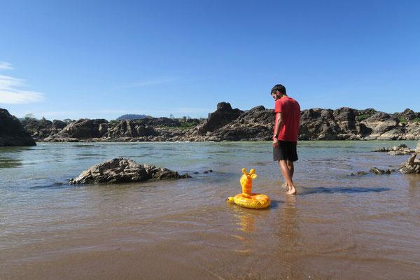 Elicola prend un bain dans le Mekong