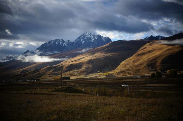 Les montagnes avant Garze sous les lumieres du soir