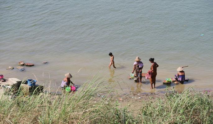 Toilette et lessive dans l'Irrawaddy