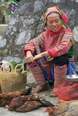 Vendeuse de poules sur le marché de Bac Ha