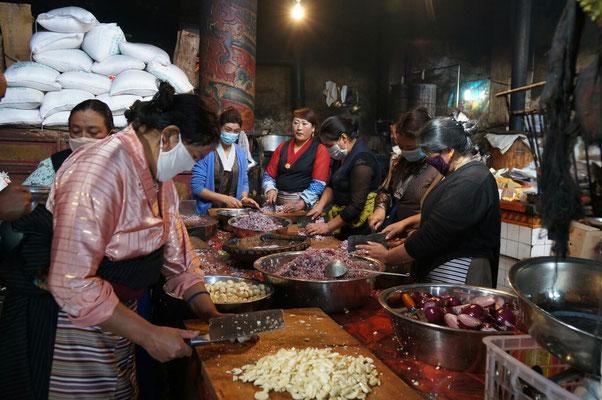 Cuisine du monastere : il y a du monde a nourrir!
